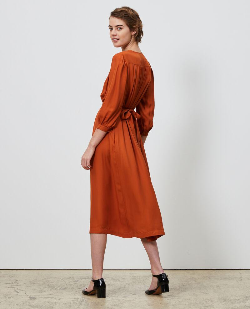 Tailliertes Maxi-Kleid mit fließendem Fall Umber Nature