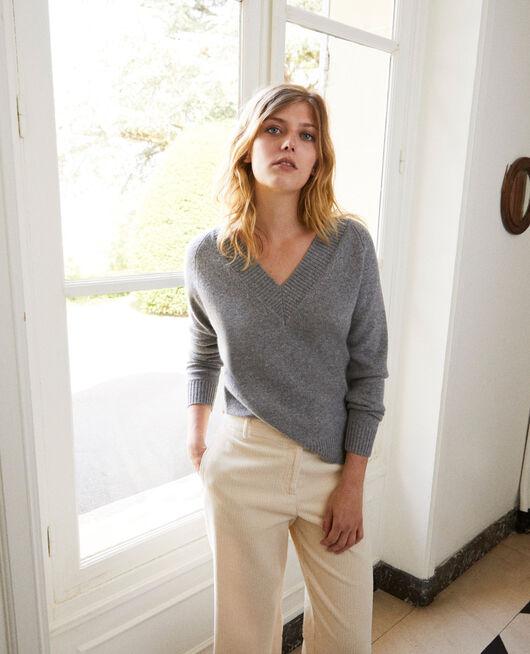 Pullover mit V-Ausschnitt mit breitem Rippstrick 100 % Kaschmir LIGHT GREY