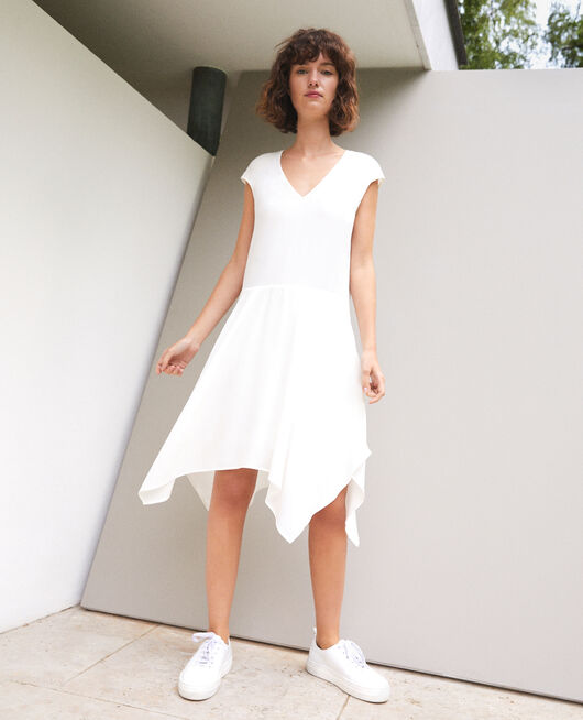 Kleid mit V-Ausschnitt Weiß
