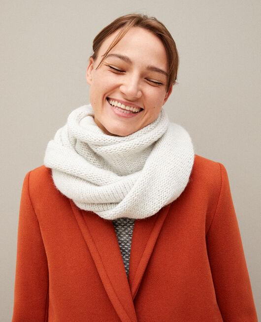 Breiter, grob gestrickter Schal Weiß