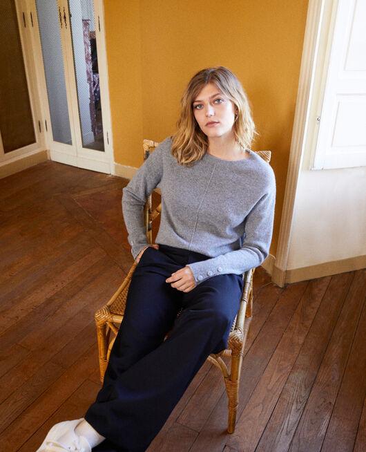 Pullover mit Knöpfen an den Ärmeln 100 % Kaschmir LIGHT GREY