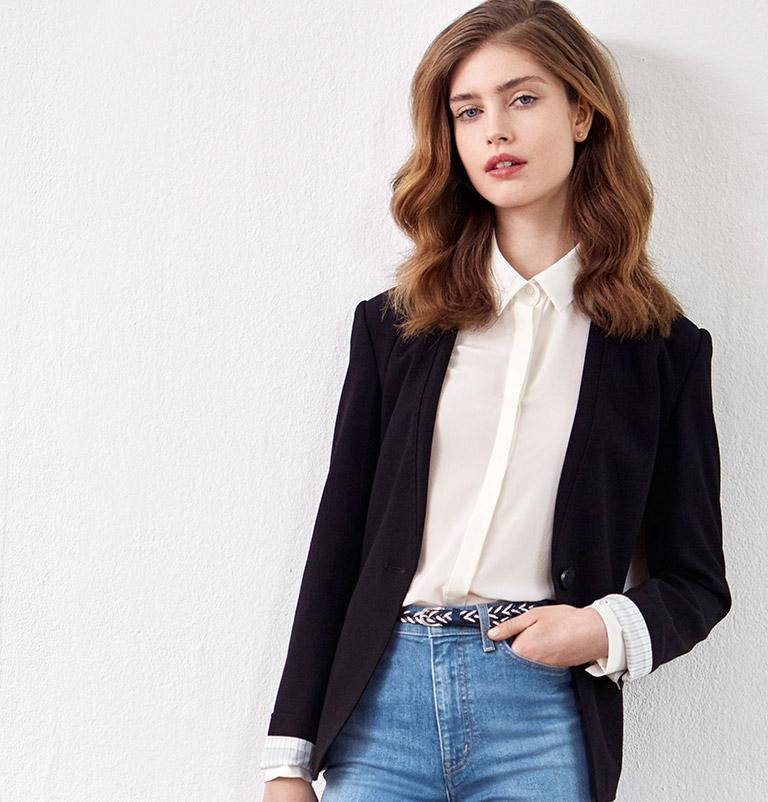 Look femme - Veste tailleur, jeans et escarpins en cuir velours