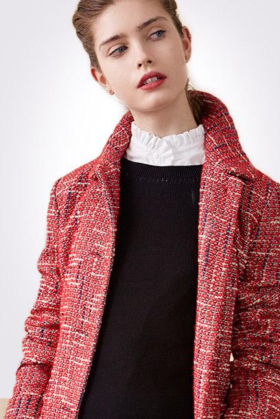 Look - Tweed-Mantel und texturierte Rüschenbluse
