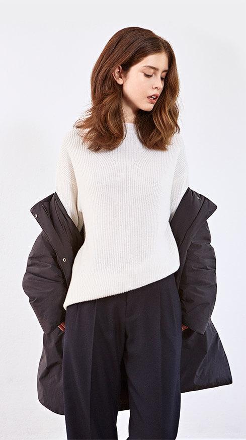 Look - Pullover aus Wolle und Alpaka, Hose, Leder-Sneakers