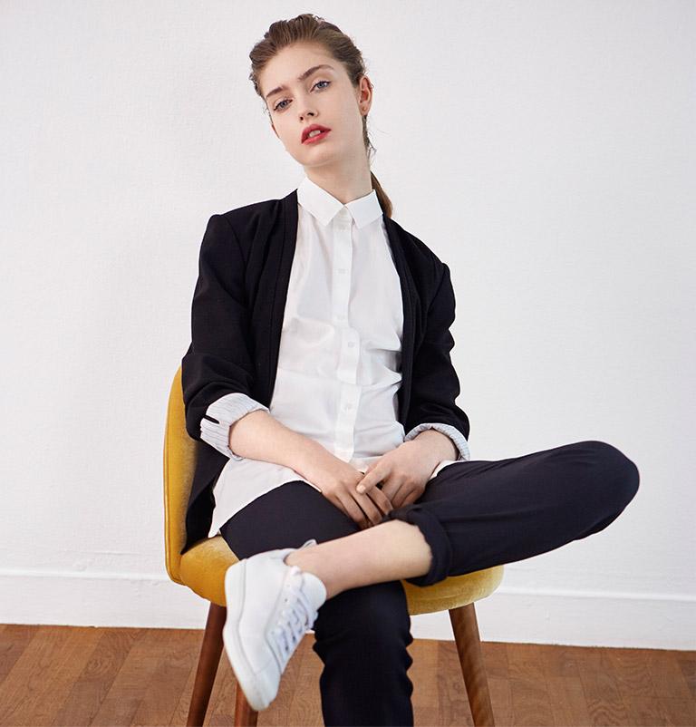 Look - Blazer, Bluse und Leder-Sneakers