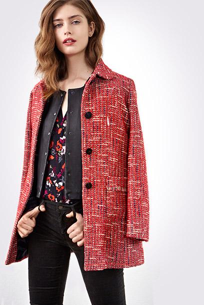 Look - Tweed-Mantel, Leder-Blouson und gemusterte Bluse